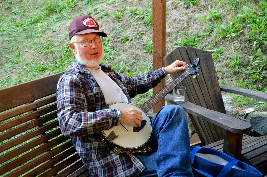 Apple Pressing 2015 Banjo Player